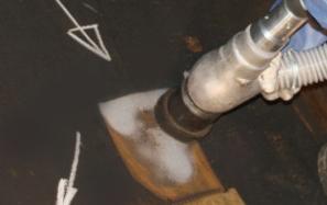 Čistí struktury a odstraňuje škodlivé isokyanáty, které se uvolňují během Svařování a topení.